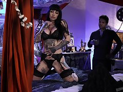 Tattooed babe Jessie Lee is fucked overwrought tattooed dude Small Hands